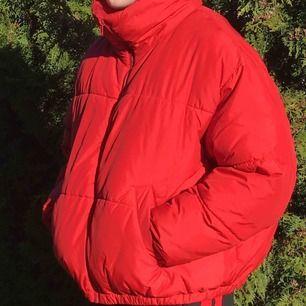 Röd pufferjacka från Weekday! En favoritjacka.😛 Strl M. Pris 300kr.