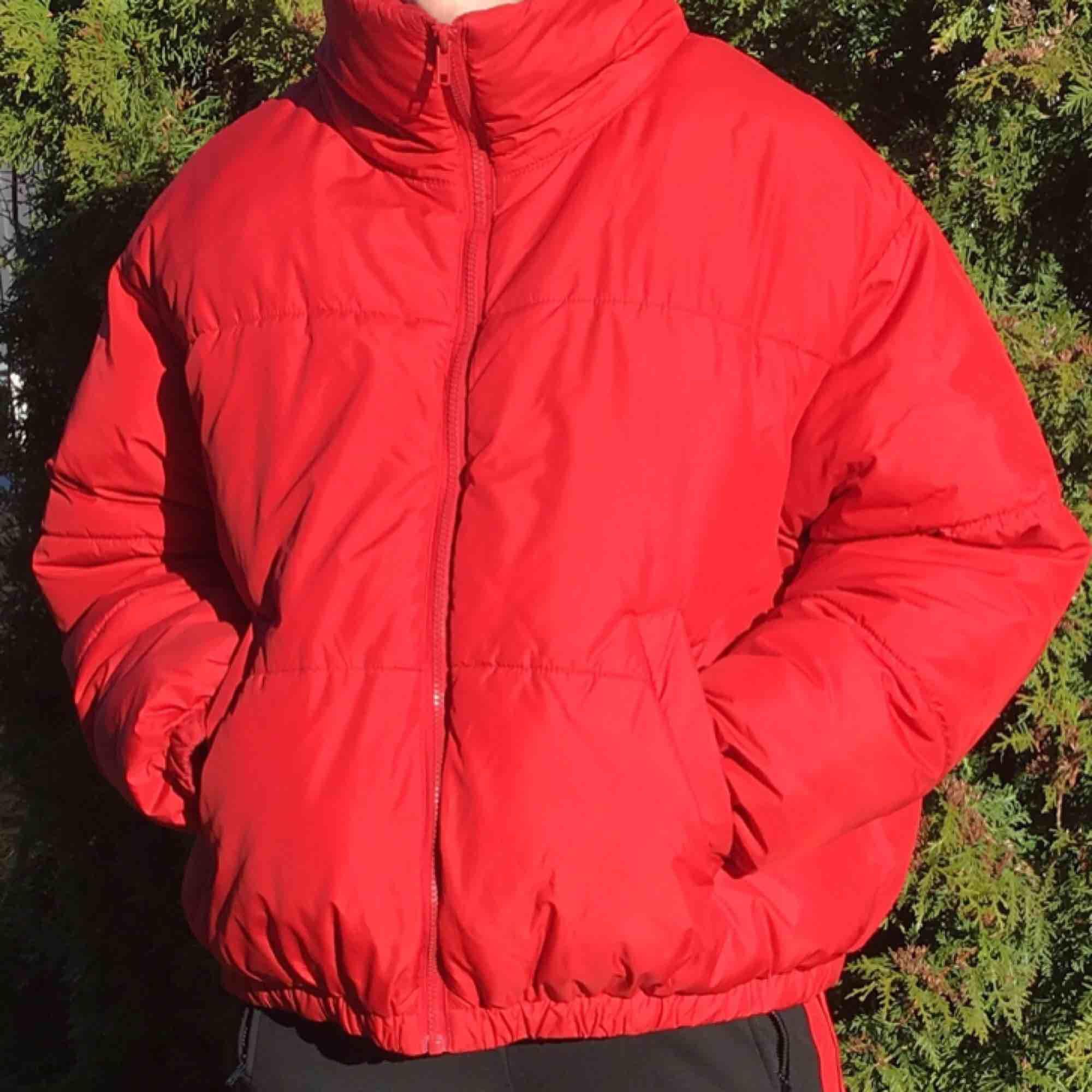 Röd pufferjacka från Weekday! En favoritjacka.😛 Strl M. Pris 300kr.. Jackor.