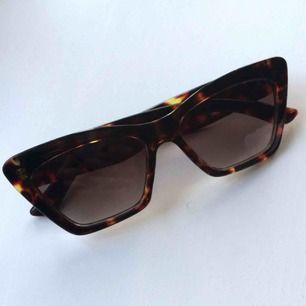 Supersnygga solbrillor som jag alltid får komplimanger för! Gott skick!   Frakt 9kr
