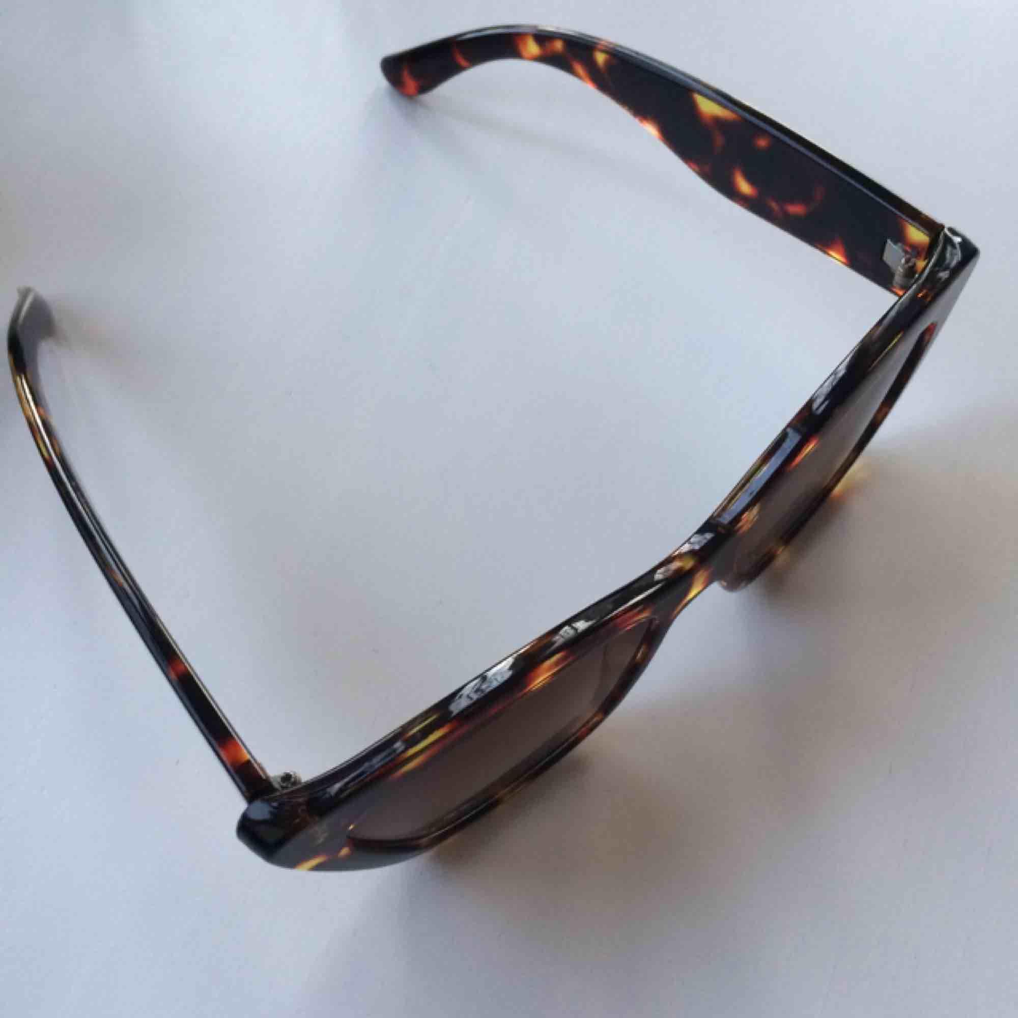Supersnygga solbrillor som jag alltid får komplimanger för! Gott skick!   Frakt 9kr . Accessoarer.