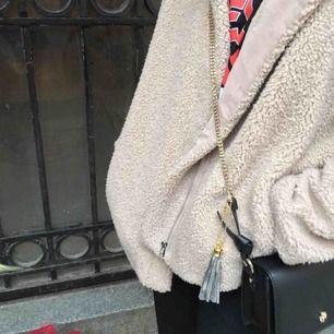Teddyjacka från Zara med stor och mysig luva! Strl M. Pris 400kr.🥳