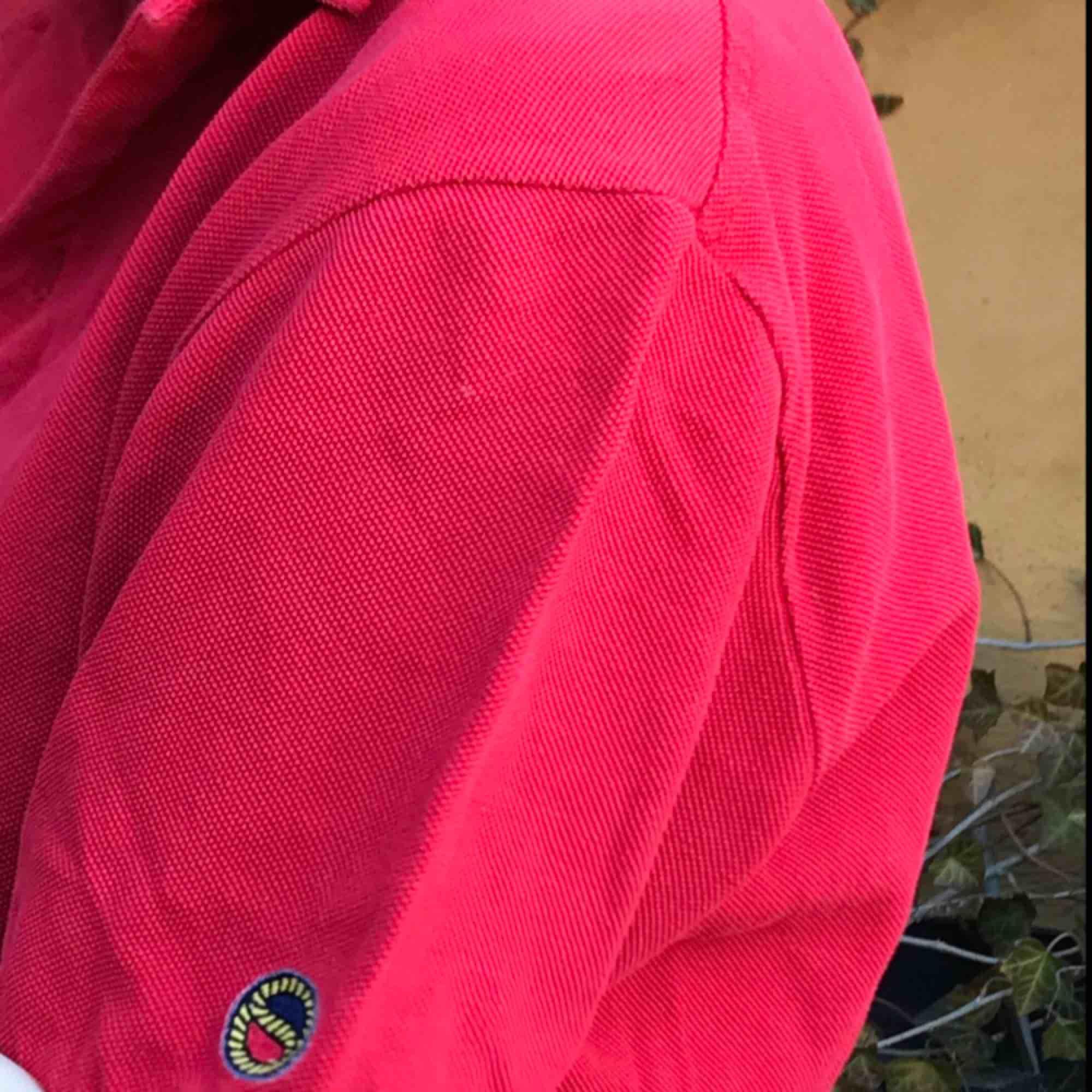 Snygg röd piketröja från Busnel. Jätte snygg med smycken! Kan både mötas upp i Stockholm Södermalm och frakta. Köparen står för frakten!❤️. T-shirts.