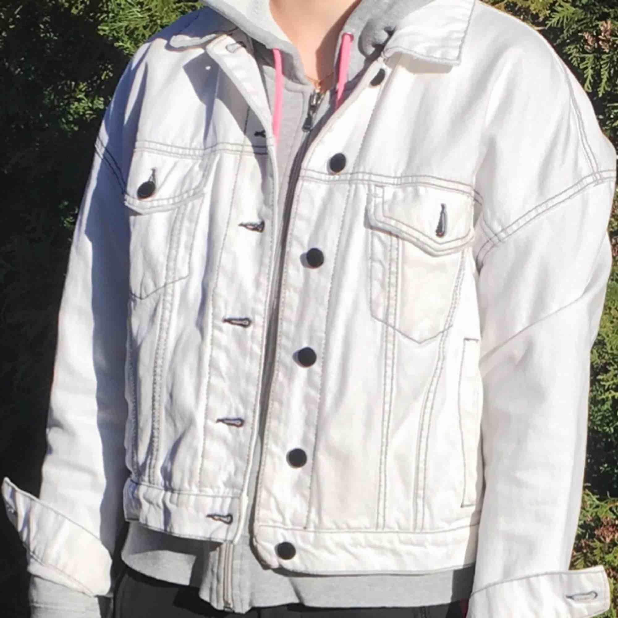 Vit jeans jacka med svarta sömmar från Mango. Strl XS/S. Pris 250kr. 🤪. Jackor.