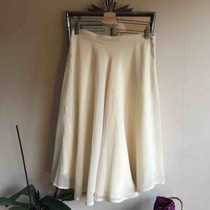 Underbar midikjol från BikBok. Fodrad med silkig imitation. Dragkedja i sidan. Köparen betalar frakt eller möter upp i centrala Gbg!