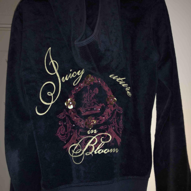 Fler bilder på juicy couture zip upen från förra annonsen :) —> . Huvtröjor & Träningströjor.