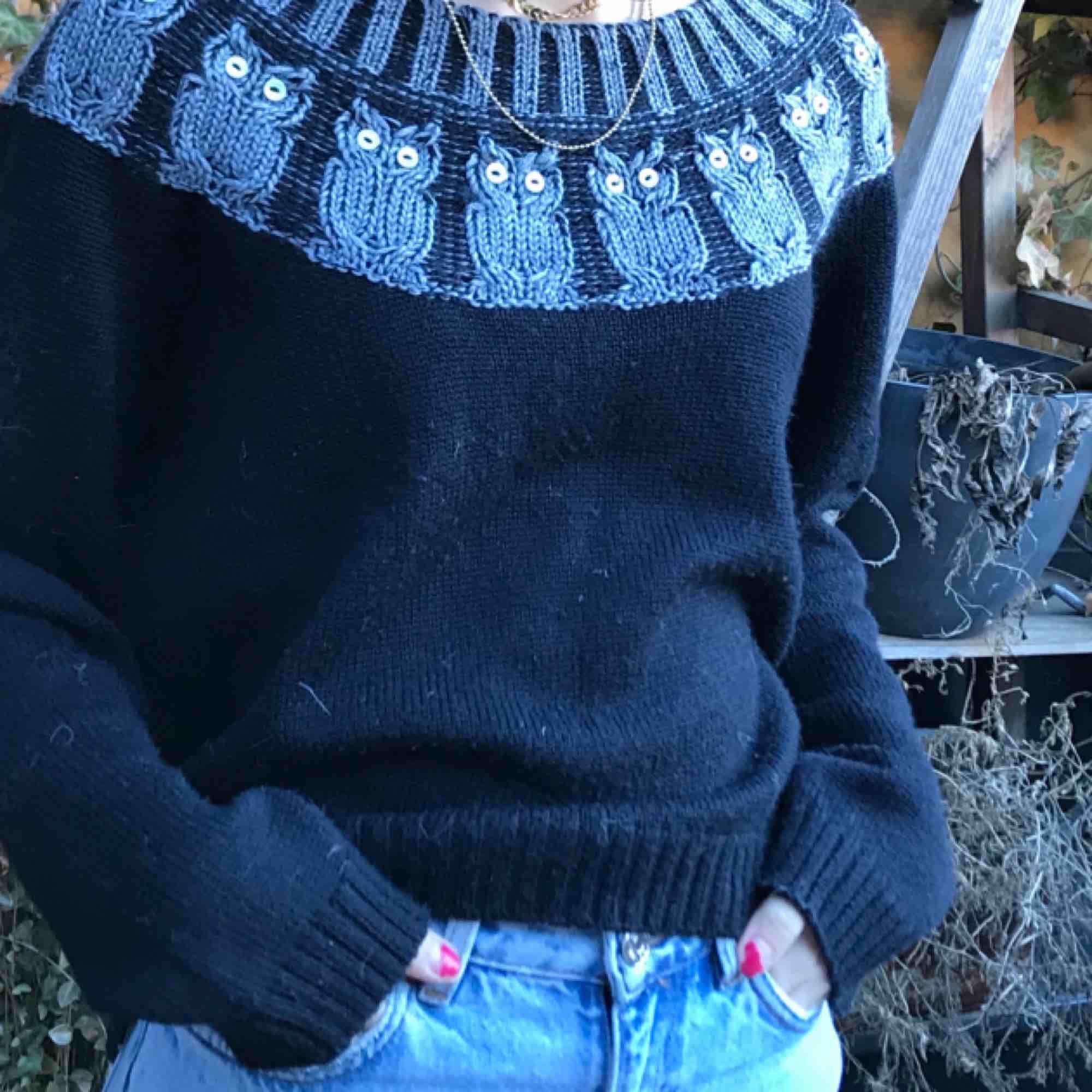 Jätte snygg stickad tröja med små ugglor på från Monki! Snygg att ha lite off the shoulder också! Kan både mötas upp på Södermalm Stockholm och frakta. Köparen står för frakten!❤️. Stickat.