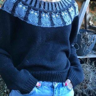 Jätte snygg stickad tröja med små ugglor på från Monki! Snygg att ha lite off the shoulder också! Kan både mötas upp på Södermalm Stockholm och frakta. Köparen står för frakten!❤️