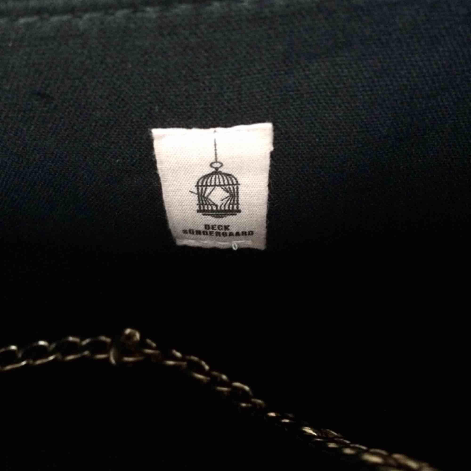 Jättefin väska från populära Beck Söndergaard. Nyskick då den endast är använd till och från en finmiddag. Nypris 700kr.   Fri frakt 💘. Väskor.