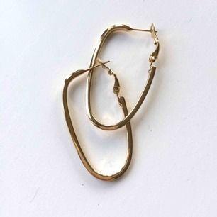 Fina ovala guldringar, allergivänliga vilket brukar göra att färgen håller bra! Runt 4.5cm långa. Nyskick, köpta på Åhléns och nypris var ca 150kr!   Fri frakt ✨