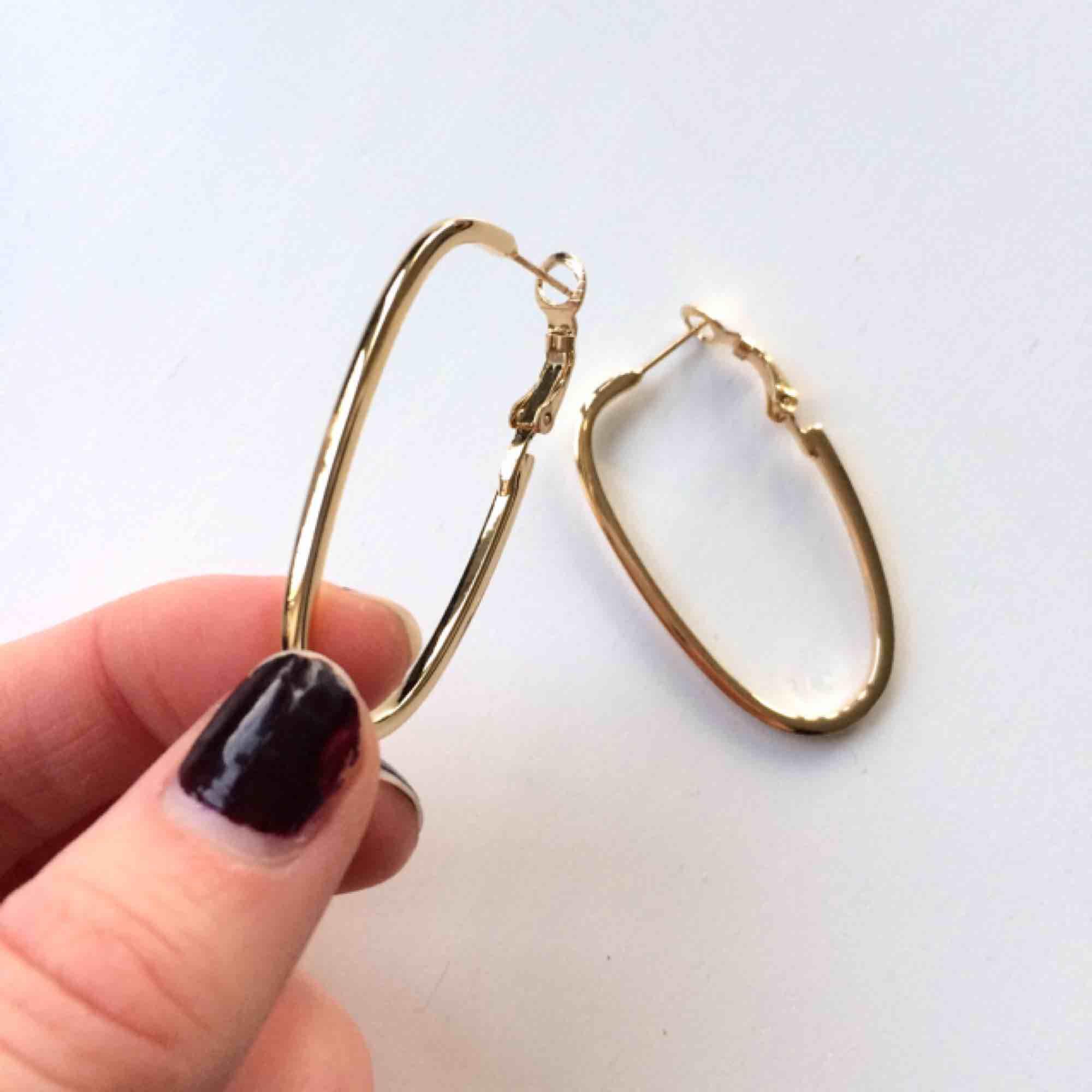 Fina ovala guldringar, allergivänliga vilket brukar göra att färgen håller bra! Runt 4.5cm långa. Nyskick, köpta på Åhléns och nypris var ca 150kr!   Fri frakt ✨. Accessoarer.