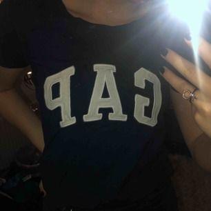 Blå T-shirt i strl XS men ganska stor så passar absolut även en S