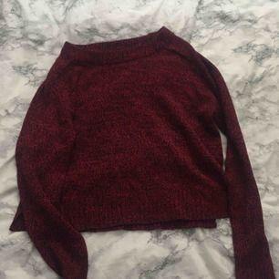 Säljer denna fina stickade tröja från H&M, väldigt fin till en fin mysig look. Använd ett fåtal gånger men inget som märks på kvalitén. Frakt ingår ej.