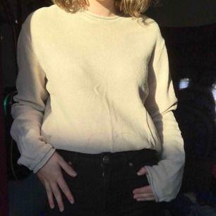 Skön stickad oversized tröja i en fin beige färg! Inte använd mkt alls! Köparen betalar frakt