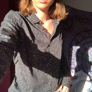 Snygg prickig skjorta som (enligt mig) ser lite galaxig ut😂 Asball att ha över ett linne eller bara för sigsjälv. Köparen betalar frakt