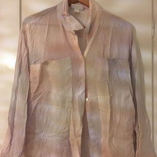 Skjorta från Monki. Skrynklig på bild pga ostruken!
