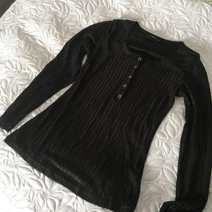 Oanvänd svart tröja med diskreta knappar framtill, stl s🌸