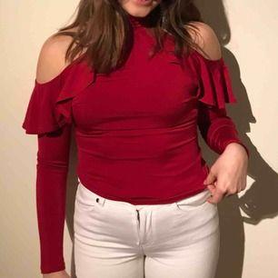 Röd tröja med fina volanger! Använd ett fåtal gånger. Köparen står för frakten ☺️