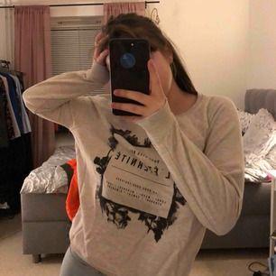 Säljer min lite tjockare tröja, säljer på grund av att den är för liten💕