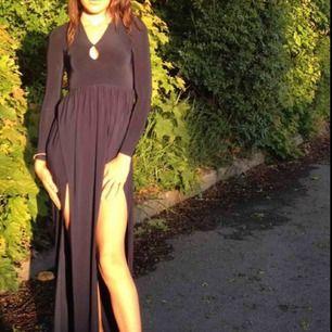 Superfin marinblå balklänning från Rebeccastella! Har inte kunnat göra mig av med den pga att jag älskar den så mycket, men den kommer inte till användning längre... Storlek:XS men väldigt stretchigt material så passar upp till M skulle jag säga.