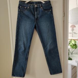 De perfekta blå jeansen som jag tyvärr insett är alldeles för stora. Från ARKET och knappt använda.