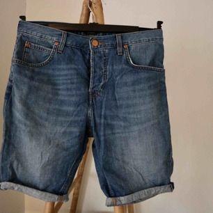 Längre jeansshorts från carlings. Sitter vid höften och har lite längre skrev. Säljer dem pga att jag inte använder dem. Heller aldrig använda.