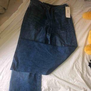 snygga helt oanvända jeans från H&M helt oanvända, prislapp kvar. Är lite långa för mig som är 156cm (hade varit lagom på kanske 160?) kan mötas upp i ängelholm, annars står du för frakt. kan gå ner till 150 för snabb affär
