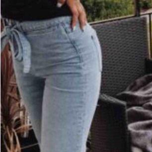 Jättefina, ljusblå jeans i storlek S. Köpta här på Plick för ett tag sedan men kom i fint skick.  Använda väldigt fåtal gånger av mig och säljer nu på grund av att de inte passar mig längre.
