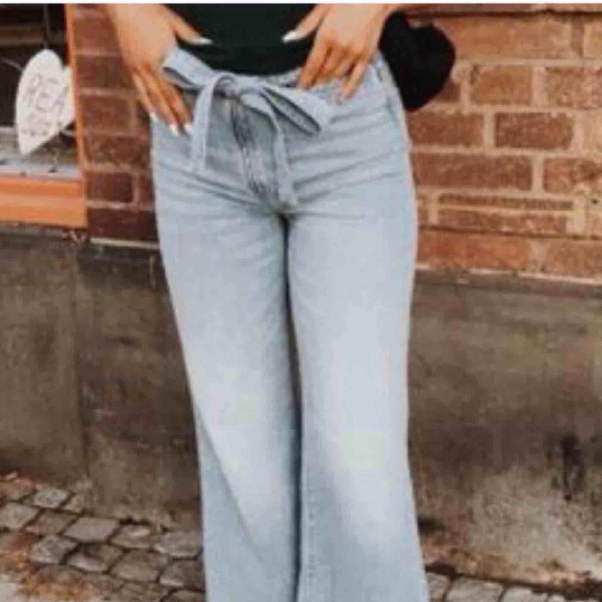 Jättefina, ljusblå jeans i storlek S. Köpta här på Plick för ett tag sedan men kom i fint skick.  Använda väldigt fåtal gånger av mig och säljer nu på grund av att de inte passar mig längre.. Jeans & Byxor.