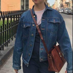 Snygg mörkblå jeansjacka i inköpt förra året som är ganska använd men fortfarande i bra skick! Jag brukar vanligtvis ha strl XS-S och på mig sitter den lite oversized. Frakt tillkommer på 90kr 💛💛