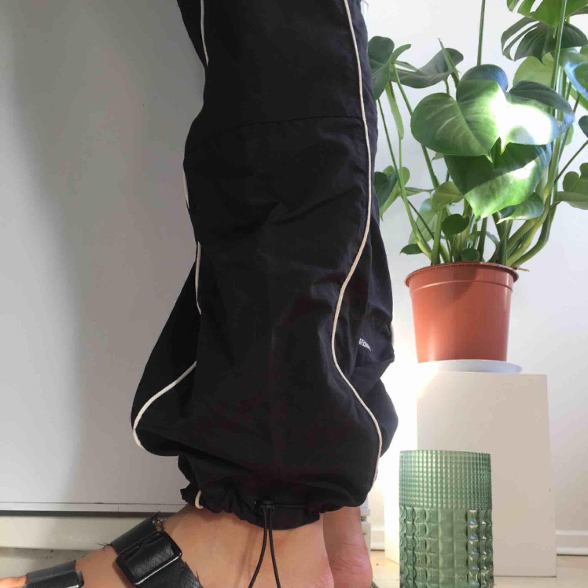 Fila x Weekday prasselbyxa med vita reflex detaljer.  Limited edition då detta var ett collab mellan märkena.. Jeans & Byxor.