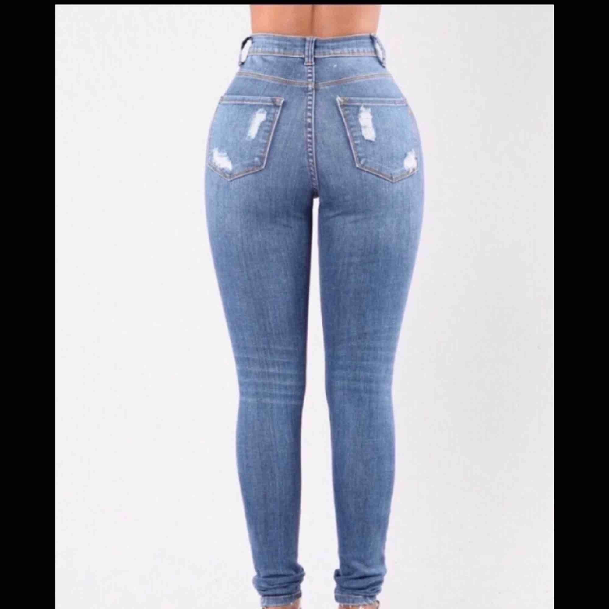 Säljer mina fashion Nova byxor pga dom är för stora för mig,de är storlek 3 vilket motsvarar s/m  Frakten kostar 55kr. Jeans & Byxor.
