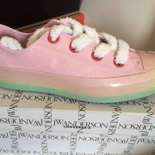 Limited edition converse x JW Anderson. Super gulliga skor, otroligt svåra att få tag på. Passar dig som vågar sticka ut! Aldrig använt!