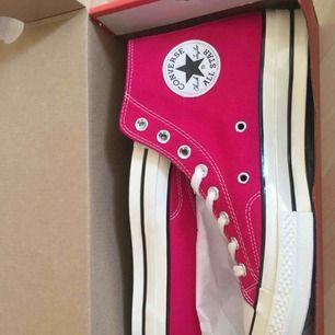 Super snygga converse skor med högt skaft i hot pink. Aldrig använda!