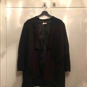 Jacka från Weekday, storlek L. Knappt använd.  Köpt för 1300 SEK. Priset är exklusive frakt. Kan också mötas upp i Stockholm!