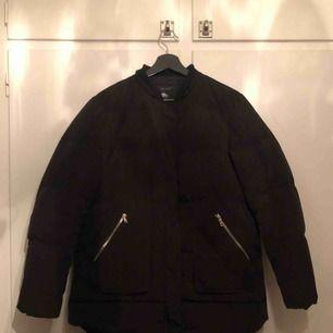 Dunjacka från Zara, storlek L. Fint skick. Finns även avtagbar luva (avtagen på bilden). Priset är exklusive frakt. Kan också mötas upp i Stockholm!