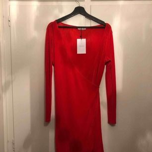 Klänning köpt i Köpenhamn. Aldrig använd, därav prislappen kvar. Priset är exklusive frakt. Kan också mötas upp i Stockholm!