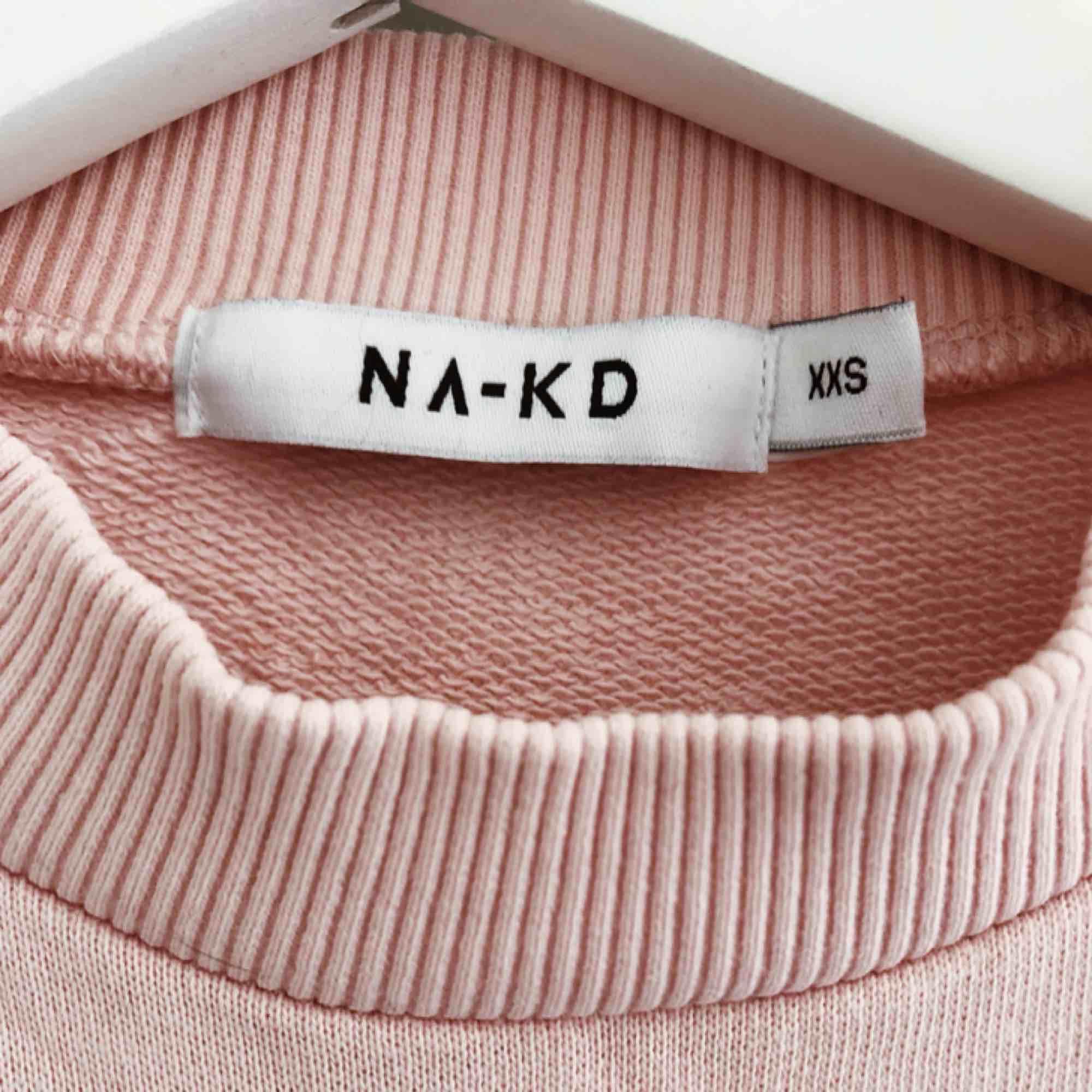 Superfin och skön ljusrosa tröja ifrån NAKD, den är i nyskick eftersom jag bara har använt den högst 2 gånger,. Tröjor & Koftor.