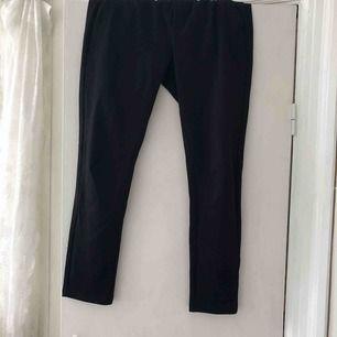 Svarta kostym byxor från Lager 157. Använda några gånger. Funkar som S också men sitter tajt. Väldigt stretch material. Funkar som lite mer fin men vardags byxa. Säljs pga inte använder