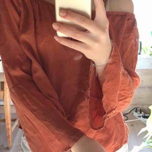 Söt offshoulder blus köpt på second hand. Färgen är mer som den första bilden.   Köparen står för frakt (: