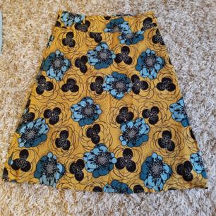 Helt ny kjol i 60- och 70-talsstil. Storleksmärkt M. Den har högmidja och stängs med dragkedja bak. 150 kr inklusive frakt!