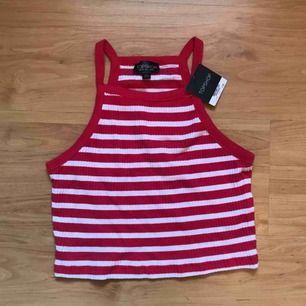 • Rödvitrandigt linne från Topshop •  Endast testad, prislappen är kvar!   50 kr+ frakt