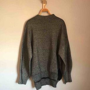 • Glittervävd tröja från HM med turtleneck •  Sååå fin tröja med ballongärmar och slits på båda sidorna (se bild).  100 kr + frakt