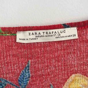 • Mönstrad omlottblus från Zara •  Kortärmad och smickrande omlott, perfekt vår och sommarblus.  70 kr + frakt