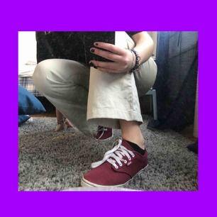 FRI FRAKT!! Asballa vinröda vans skor i fint skick! Har några småfläckar men jag kan tvätta dem innan jag fraktar om det önskas. Skulle kunna passa en 39 men rekommenderar ändå för 38/38.5💜