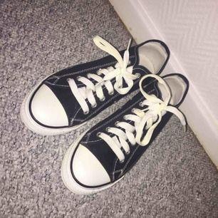 Hej. Jag säljer ett par skor som är knock off av converse. Skorna är i storlek 40 men passar för 39. Har aldrig använt skorna. Köparen står för frakten, Köpta för 400 så säljer för 200. Frakt: 95kr! Vid frågor så skriv gärna 🖤