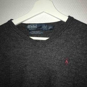 """Säljer min snygga, v-ringade Ralph Lauren """"pullover sweater""""!! Antracitgrå, med vinrött Ralph Lauren märke. Är egentligen en L, men då min mamma tvättade den på för höga grader är det numera en S/stor XS. säljs då den inte passar mig längre!!❤️❤️"""