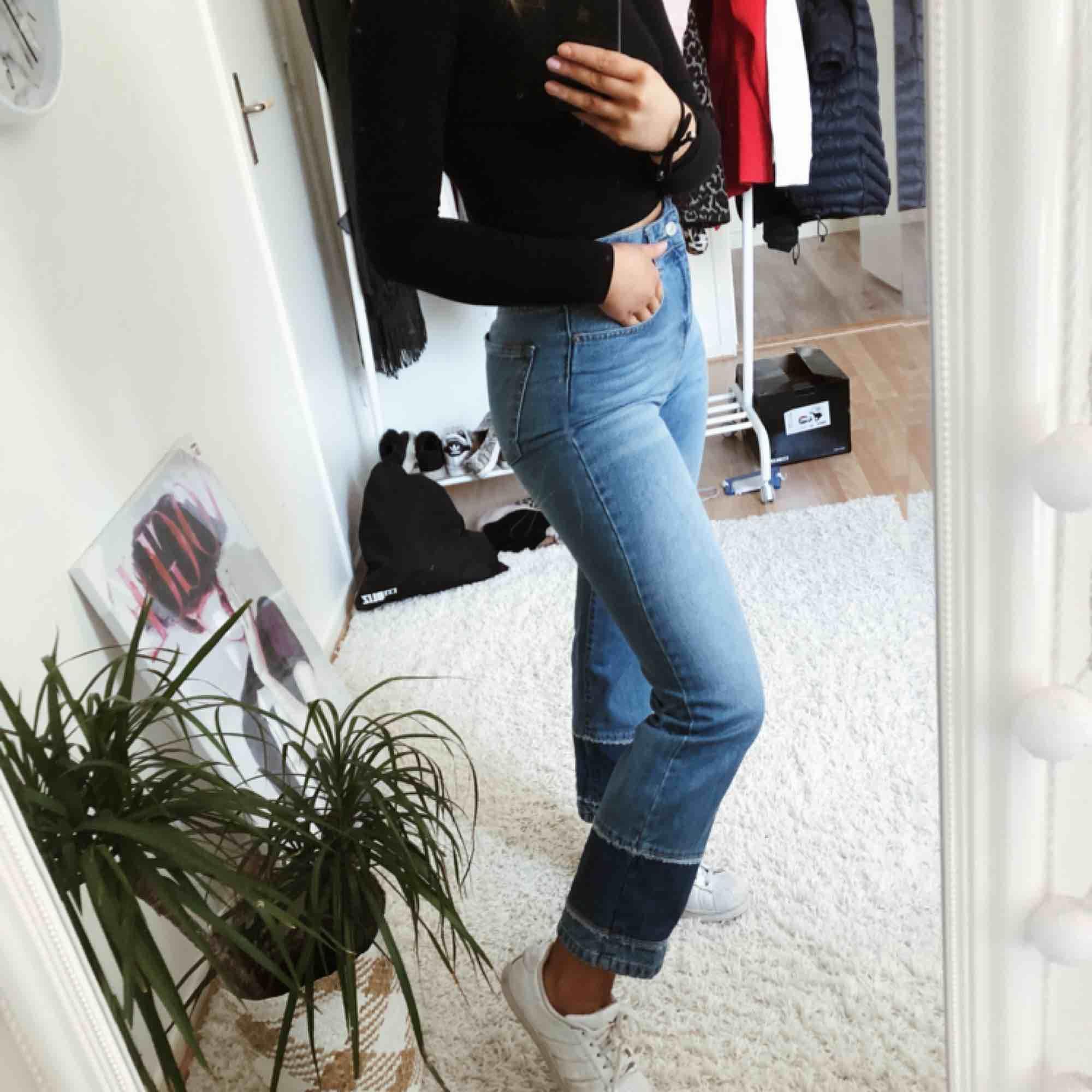 Jättesnygga byxor som är perfekta nu till våren köpta ifrån chiquelle , jag får tyvärr ingen användning för dem därför väljer jag att sälja dem. Jeans & Byxor.