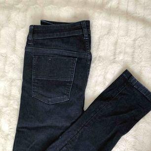 Mörkblå jeans från Filippa K, jättesköna och stretchiga! Skinny leg och mid rise skulle jag säga, det är bara kontakta mig för bilder hur dom ser ut på osv 🥰