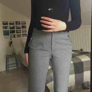 Jättefina kostymbyxor i houndstooth mönster med gulliga volanger på fickorna! Köpta på Zara och använda 2 gånger💓 möts upp i Karlstad eller skickar på posten, frakt tillkommer:)