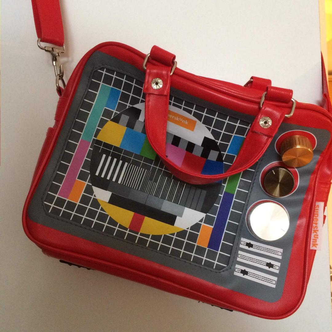 SÅLD, INVÄNTAR BETALNING ☘ Helt underbar väska från superskunk. I absolut nyskick!. Accessoarer.